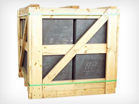 Pallet de madeira (base) e produto (piso) embalado na caixa de papelão.